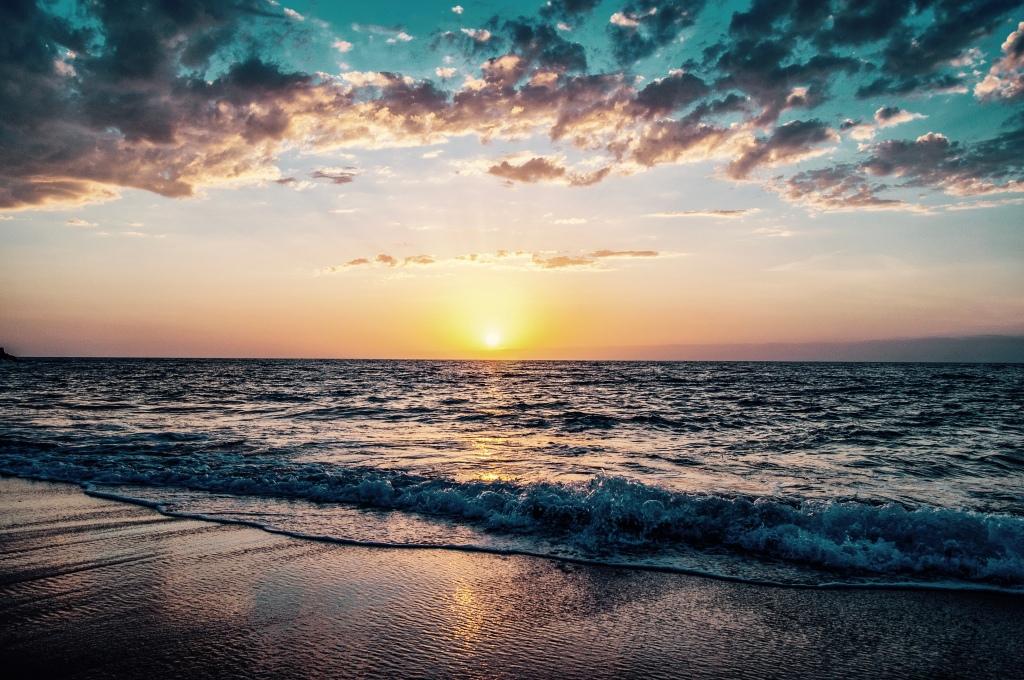 beach-clouds-dawn-635279